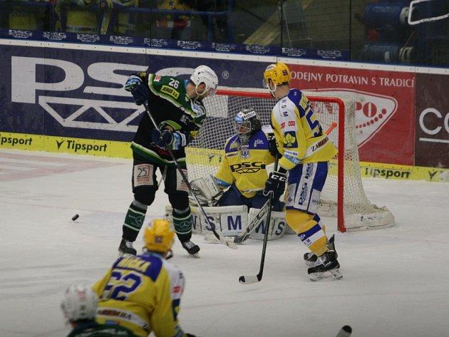 Brankář hokejistů PSG Zlín Petr Zavadil si v neděli proti Karlovým Varům odbyl extraligovou premiéru. Vytáhl tak neplánovaně i maminku Janu na hokej.