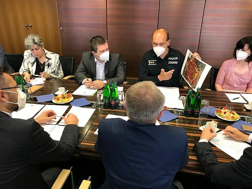 Páteční jednání ohledně odškodnění za výbuchy muničních skladů ve Vrběticích na Zlínsku v roce 2014 na ministerské úrovni.