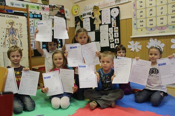 Vysvědčení vZŠ Březnice. První třída. Děti dostávají kromě klasického vysvědčení ipísemné hodnocení