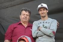 Dlouholetý řidič zlínských ligových fotbalistů Milan Kieryk (na snímku vlevo) pózuje na Letné s Vukadinem Vukadinovićem.