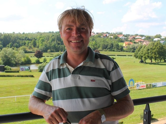 Jan Demele vyrostl mezi koňmi, jezdil dostihy a nyní už deset let působí coby trenér dostihových koní.