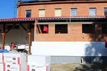 V Březnici v těchto dnech dělníci pracují na přístavbě sociálního zařízení k tamnímu obecnímu sálu.