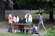 Okolí autobusového nádraží krajského města Zlín. Bezdomovci v parku u autobusového nádraží.
