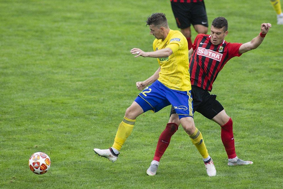 Zlín - Zápas skupiny o záchranu FORTUNA:LIGY mezi FC Fastav Zlín a SFC Opava. Lukáš Bartošák (FC Fastav Zlín), Bojan Dordič (SFC Opava).