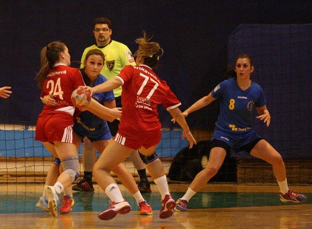 Interligové házenkářky Zlína (v modrém) ve 12. kole interligy vyzvaly rivala z Veselí nad Moravou.