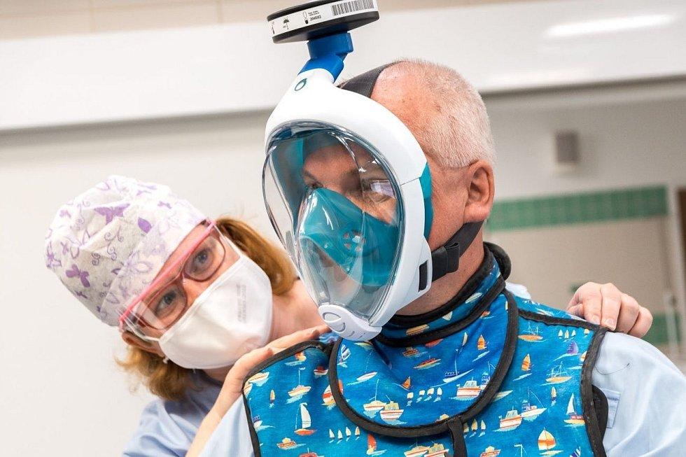V provozu zkoušeli využívat i alternativní ochranné pomůcky, například upravené šnorchlovací masky, které lidé z ČVUT v Praze doplnili filtrem.