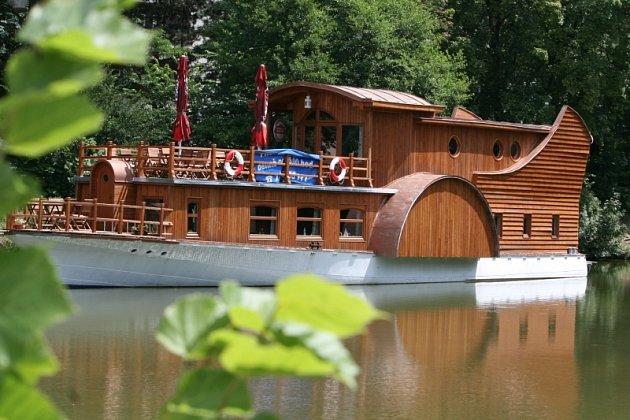 Loďní restaurace na přehradě ve Zlíně.