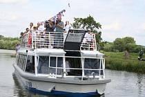 Baťův kanál brázdí loď Morava