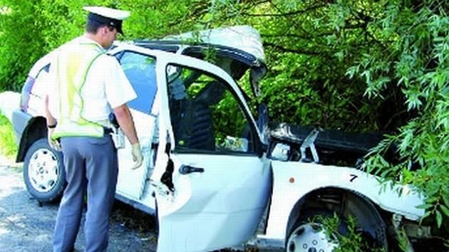 VRAK. Řidičku museli hasiči z vraku auta vystříhat.