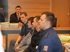 Druhý zleva: Maroš Straňák a David Šimon u zlínského soudu. Ilustrační foto.