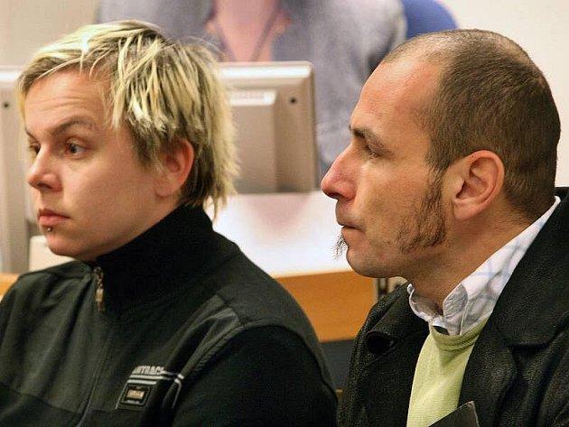 Odročením ve středu 5. ledna skončil případ údajných pašeráků kokainu ze Slovácka. Bezmála půl kilogramu téměř čisté drogy se měli pokusit dostat v balíčku, který putoval z Kolumbie do České republiky, dva muži a dvě ženy.