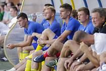 Útočník Zlína Alexander Jakubov (na snímku druhý zprava) strávil většinu sobotního zápasu s Jabloncem na lavičce, v závěru ale byl u vyrovnávací trefy.