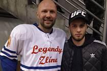 Legendární zlínský hokejista Petr Leška (vlevo) se při oslavách v Uherském Ostrohu ochotně vyfotil s fanouškem Davidem Hájkem.