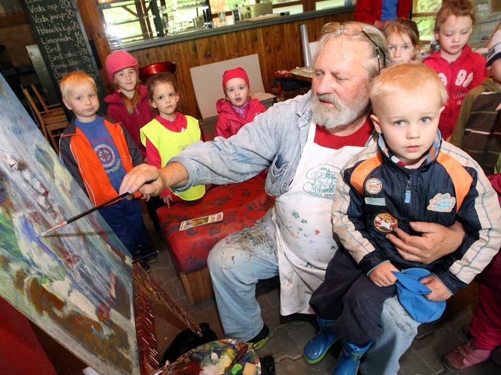 Mezinárodní výtvarné sympozium Držková 2013. Ladislav Hodný a děti z MŠ