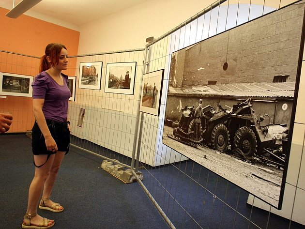 """Výstava fotografií Dany Kyndrové """"Odchod sovětských vojsk"""" na zámku ve Zlíně."""