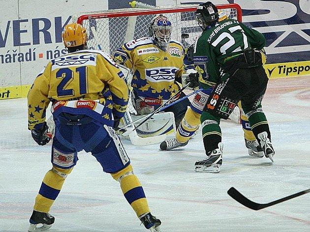 Extraligoví hokejisté Zlína (ve žlutém) měřili v neděli v rámci 31. kola síly s Karlovými Vary. Hostující Rostislav Dej v šanci před brankářem Zlína Jakubem Sedláčkem.