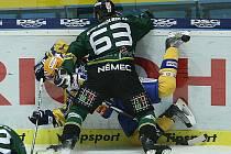 Extraligoví hokejisté Zlína (ve žlutém) měřili v neděli v rámci 31. kola síly s Karlovými Vary. Důrazný hostující obránce Ondřej Němec.
