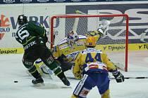 Extraligoví hokejisté Zlína (ve žlutém) měřili v neděli v rámci 31. kola síly s Karlovými Vary. Šance hostujícího Jaroslava Kristka.