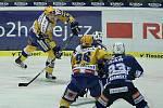 Hokejisté Zlína (ve žlutém) s Plzní. Na snímku zlínský Köhler střílí na Pöpperleho