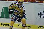 Hokejisté Zlína (ve žlutém) s Plzní. Na snímku zlínský Petr Leška, který odehrál jubilejní 800. utkání v nejvyšší soutěži