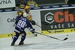 Hokejisté Zlína (ve žlutém) s Plzní. Na snímku domácí Kučný střílí pod dohledem hostujícího Straky
