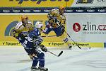 Hokejisté Zlína (ve žlutém) s Plzní. Na snímku domácí Roman Vlach nahazuje puk do útočné třetiny