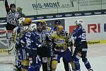 Hokejisté Zlína (ve žlutém) s Plzní. Na snímku zlínský Linhart se sápe na plzeňského Vlasáka (26)