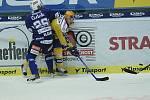 Hokejisté Zlína (ve žlutém) s Plzní. Na snímku plzeňský Vlasák atakuje domácího obránce Davida Noska