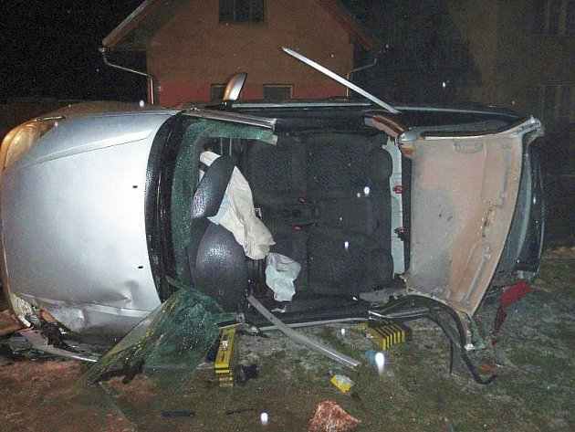 Velmi vážná havárie auta zaměstnala ve středu 30. prosince krátce před půlnocí profesionální hasiče.