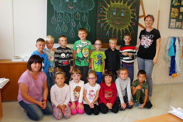 Třída 1.AZáklady školy Tlumačov střídní učitelkou Mgr. Lenkou Odložilíkovou (vpravo) a asistentkou pedagoga Bc. Markétou Karhanovou.