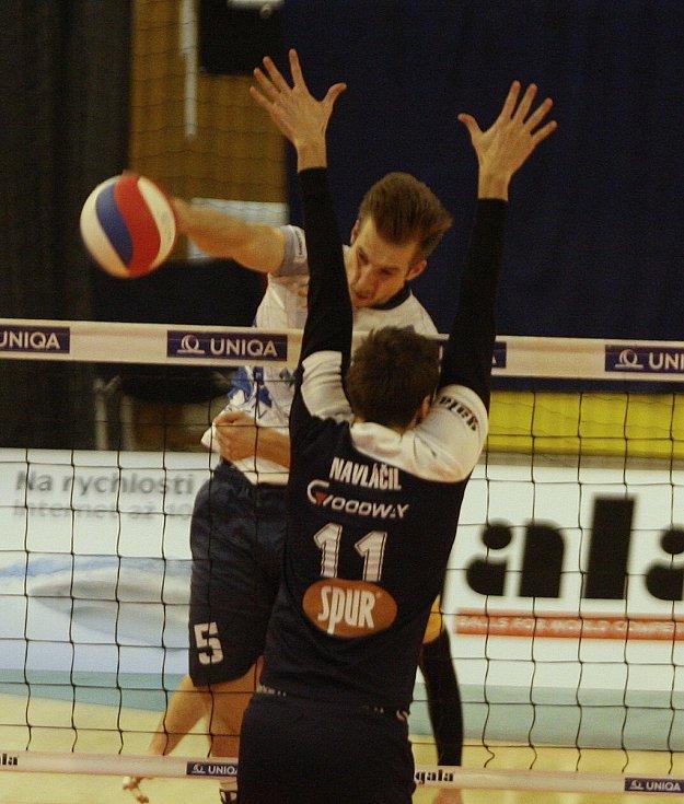 Vojtěch Navláčil (s číslem 11) během extraligového zápasu s Ostravou.