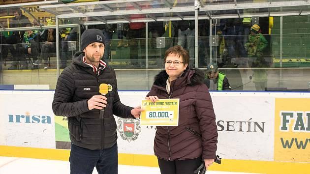 Symbolický šek na osmdesát tisíc korun si z rukou jednatele VHK ROBE Vsetín Daniela Toboly převzala ředitelka Vsetínské nemocnice Věra Prousková.