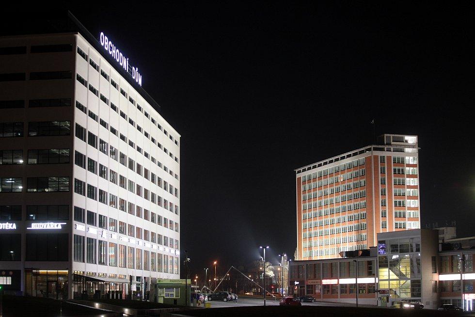 Obchodní dům a správní budova 21. Noční Zlín objektivem fotografa Jana Karáska.