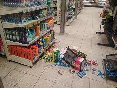Část místa po řádění opilého zloděje v pátek odpoledne v prodejně potravin ve Zlíně v Okružní ulici.