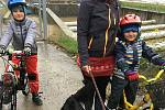 Vytrvalý déšť ve Zlínském kraji zaplavil cesty, zvedl hladiny řek. Bělovský jez. Andrea Novosadová s dětmi.
