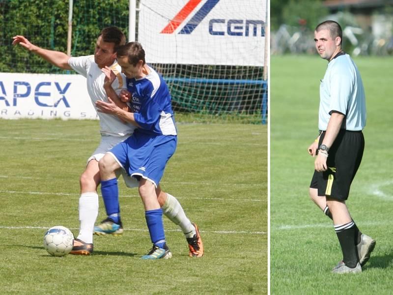 Na snímku vpravo rozhodčí Michal Veselý a vlevo v modrém Pavel Doseděl, vyloučený hráč, kvůli jemuž byl nakonec zápas předčasně ukončen.