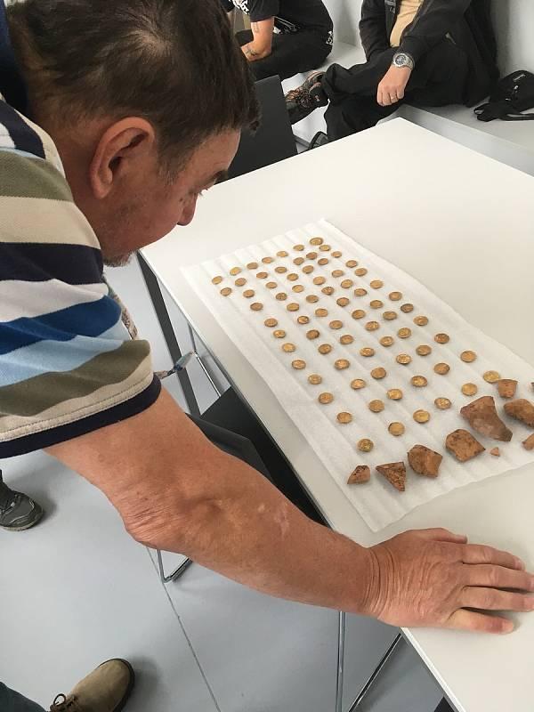 Poklad 74 zlatých mincí (dukátů) z období 2. poloviny až 1. třetiny 16. století nalezený v lesnaté oblasti Hostýnských vrchů.