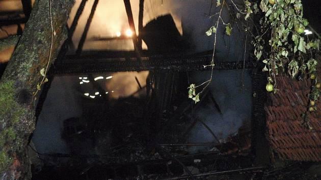 Oheň zničil stodolu i střechu ve Vlachovicích