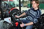 V zemědělském areálu v Biskupicích se ve čtvrtek 31. března sešli milovníci traktorů Zetor, kteří oslavili 65. výročí založení této značky. Redaktor Zlínského deníku Viktor Chrást si tady také vyzkoušel traktor řídit.