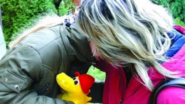 PLYŠOVÝ POMOCNÍK.  Záchranáček pomohl i traumatizované dívce, kterou  v úterý vyděsil požár.