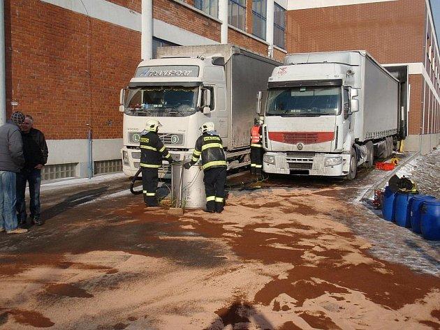 Pomoc hasičů po proražení nádrže tahače v Otrokovicích