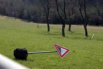 Vandalové hlavně o víkendech vyvracejí dopravní značky a ohrožují tak bezpečnost všech účastníků silničního provozu.