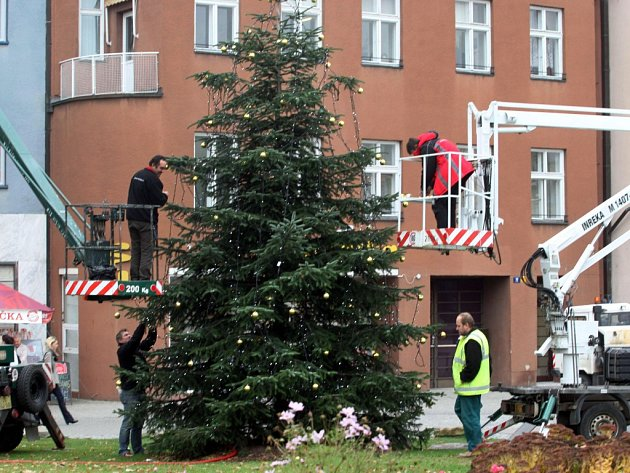 Strojení vánočního stromu na náměstí ve Zlíně.