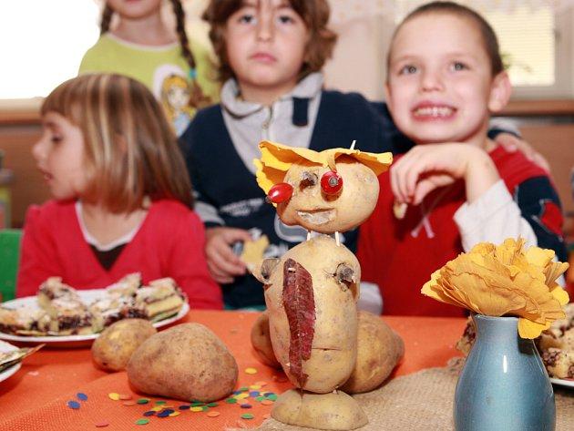 Také výzdoba na hostině byla stylová. Stoly ozdobily figurky vyrobené z brambor.