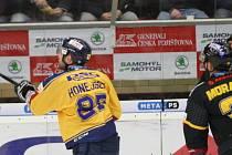 Extraligoví hokejisté Zlína (ve žlutém) v pátečním 49. kole doma hostili zachraňující se Litvínov. Na snímku Honejsek.