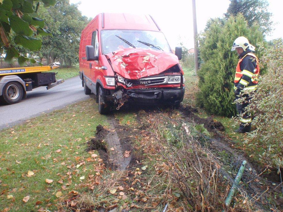 Řidič vrazil do vzrostlé lípy u cesty