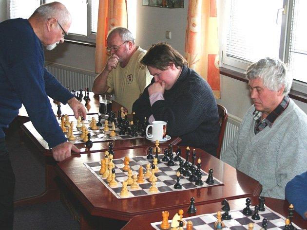 Šachová simultánka v Rackové.
