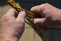 Výroba tataru spleteného z vrbového proutí.
