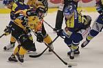 Zlínští hokejisté (v modrých dresech) v posledním letošním domácím zápase podlehli Litvínovu 2:4