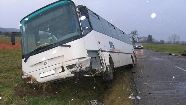 Vážné následky mohla mít ve středu 23. listopadu ranní nehoda u Valašských Klobouk. Linkový autobus se srazil s osobním autem. Za jeho volantem seděl velmi mladý řidič, který má řidičský průkaz jenom měsíc a půl.